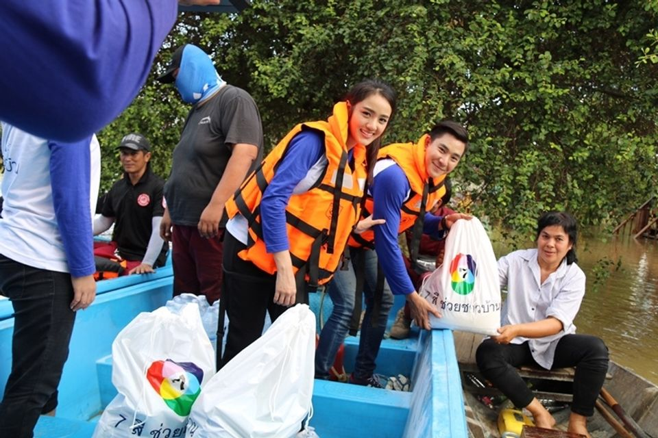 บิ๊ก-เจด้า ลงพื้นที่ มอบถุงยังชีพช่วยเหลือผู้ประสบอุทกภัย จ.ชัยนาท และ จ.อยุธยา ในโครงการ 7 สี ช่วยชาวบ้าน