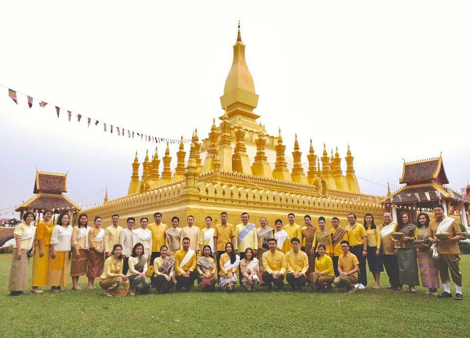 ชาวไทยใน สปป.ลาว ทำบุญตักบาตร ถวายเป็นพระราชกุศลเนื่องในโอกาสมหามงคล