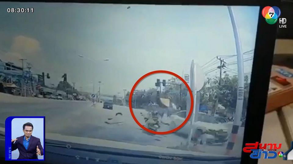ภาพเป็นข่าว : อุทาหรณ์! รถเก๋งพุ่งชน จยย.ส่งอาหารฝ่าไฟแดง คนขี่ร่างลอยกระแทกพื้น เสียชีวิต