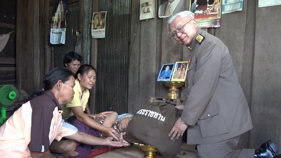 องคมนตรี ร่วมกับมูลนิธิราชประชานุเคราะห์ ในพระบรมราชูปถัมภ์ เชิญถุงพระราชทาน เครื่องอุปโภคบริโภค ไปมอบแก่ผู้ประสบอุทกภัยในจังหวัดอุบลราชธานี