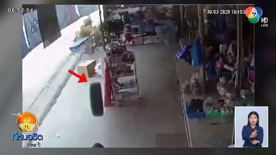 หญิงสูงอายุนั่งเล่นหน้าร้านขายของริมถนน ถูกล้อรถกระเด็นใส่เสียชีวิต