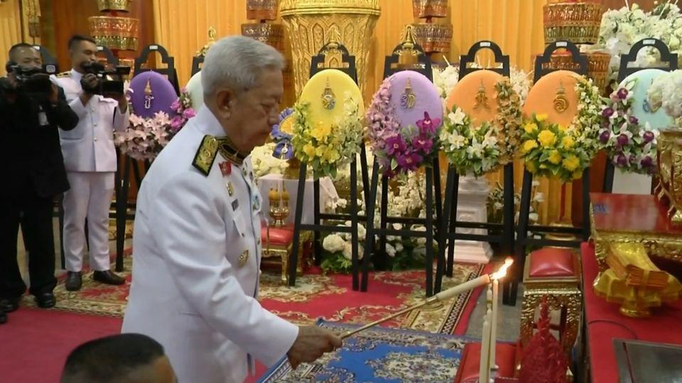 พระบาทสมเด็จพระเจ้าอยู่หัว พระราชทานน้ำหลวงอาบศพ พันเอก ประพัฒน์ จันทร์โอชา บิดา พลเอก ประยุทธ์ จันทร์โอชา นายกรัฐมนตรี