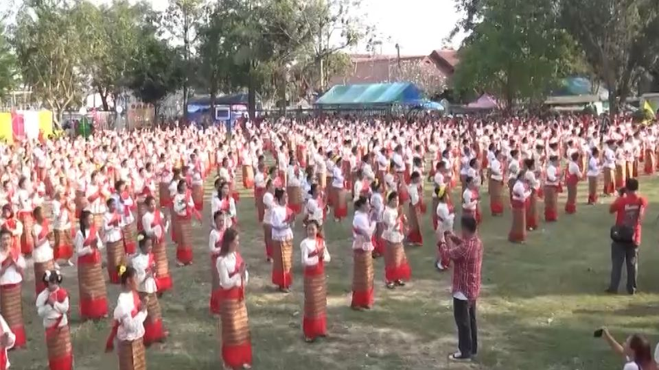 งดงาม! กลุ่มสตรีกว่า 500 คน ฟ้อนรำถวายพระพุทธชินราช พ่อปู่สามร้อยยอด
