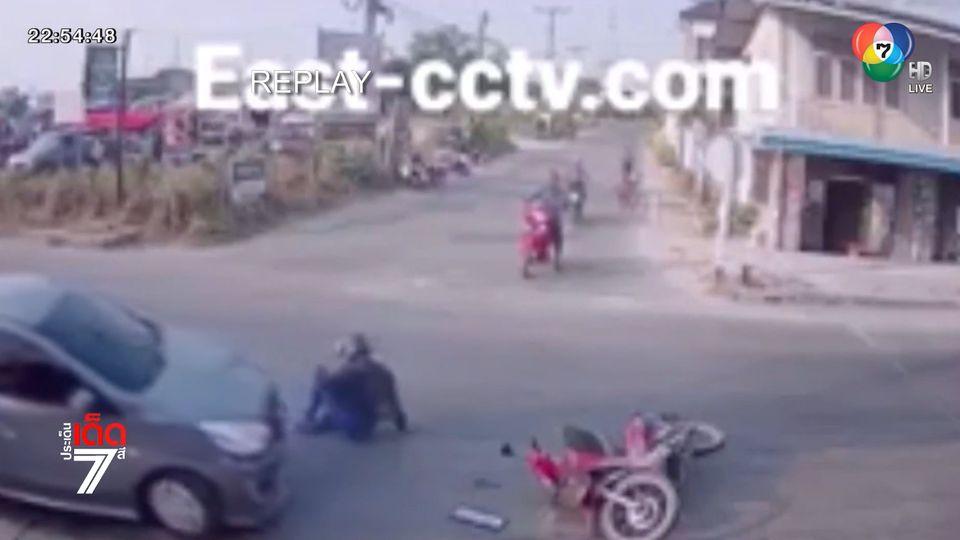 ชายขับเก๋งเลี้ยวออกจากซอย พุ่งชน จยย. คนขี่กระเด็นบาดเจ็บ