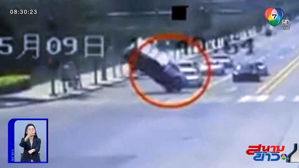 ภาพเป็นข่าว : รถบรรทุกจอดติดไฟแดง ถูกลมหอบหมุนกลางอากาศ