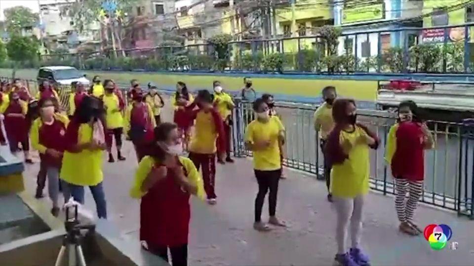พนักงานกวาดถนนในฟิลิปปินส์ เต้นให้กำลังใจกันก่อนปฎิบัติงาน