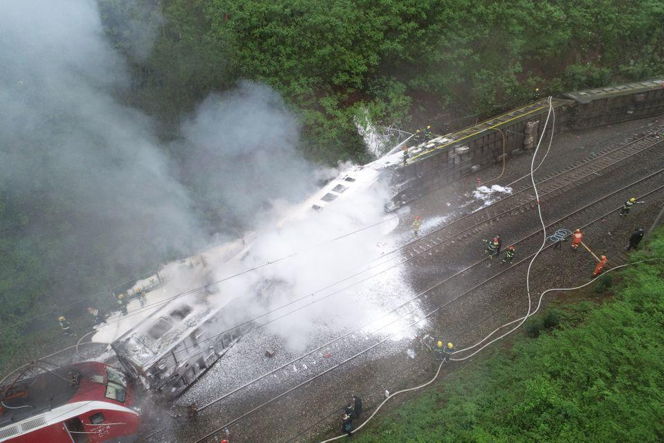 รถไฟในจีน ตกรางเหตุจากชนเข้ากับดินถล่ม ทำให้มีผู้บาดเจ็บกว่า 20 ราย