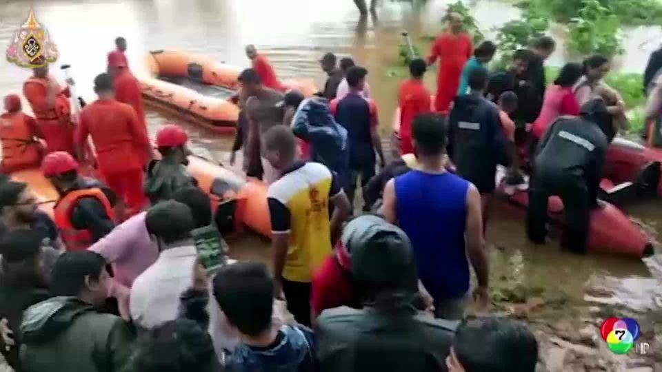 ช่วยผู้โดยสารติดบนรถไฟที่ถูกน้ำท่วมในอินเดีย