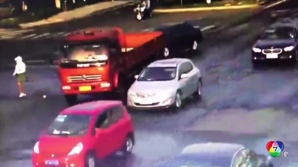 สาวจีนหวิดดับ ขี่รถ จยย.เปลี่ยนเลนกะทันหัน ชนรถบรรทุก