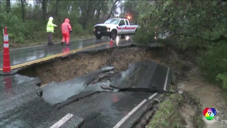 ฝนตกหนักทำถนนทรุด - เกิดหลุมยุบในสหรัฐฯ