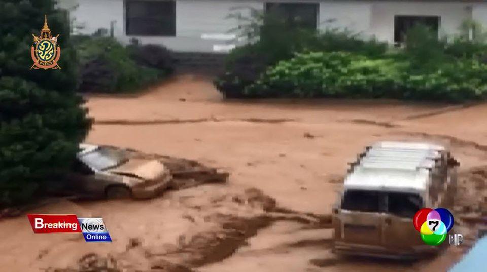 นาทีระทึก! พายุฝนถล่ม น้ำท่วมในจีน กระแสน้ำพัดรถยนต์ลอยเป็นแพ