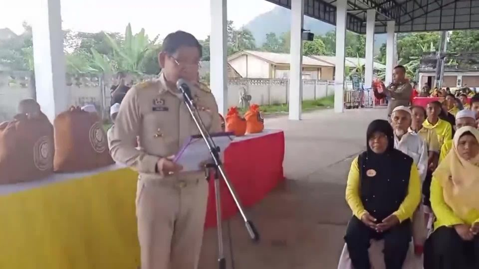 มูลนิธิอาสาเพื่อนพึ่ง ภาฯ ยามยาก สภากาชาดไทย เชิญถุงยังชีพพระราชทานไปมอบแก่ผู้ประสบอุทกภัยในพื้นที่อำเภอสุคิริน และอำเภอตากใบ จังหวัดนราธิวาส