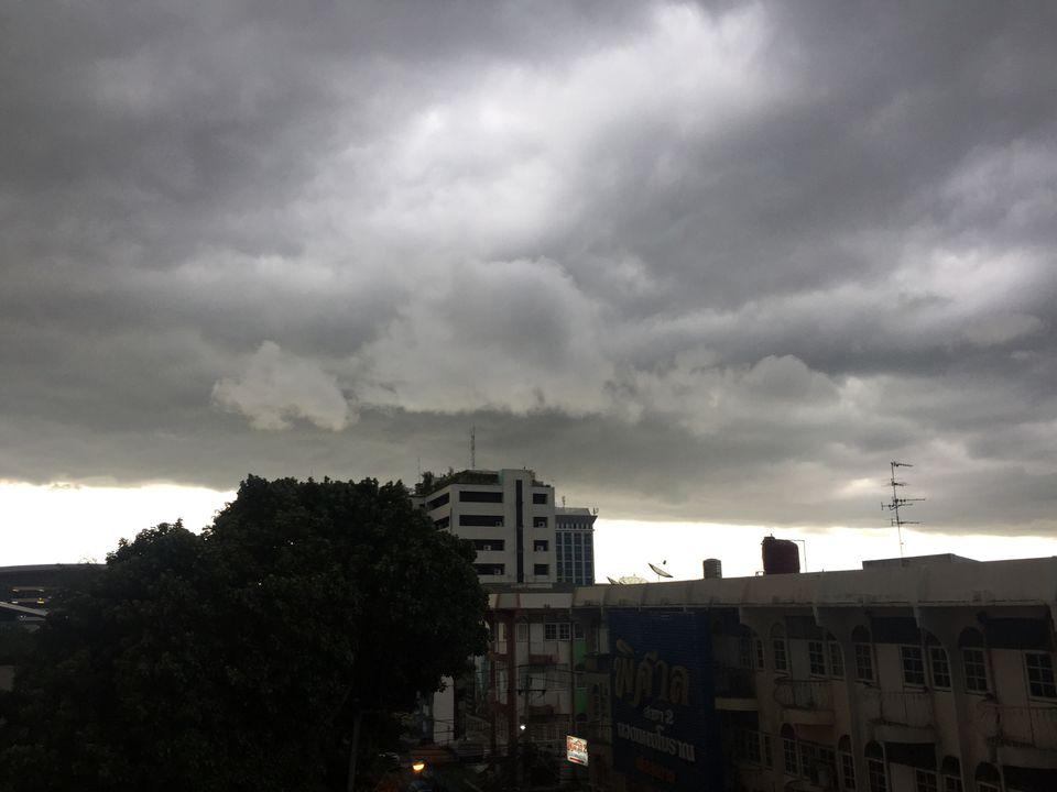 เมฆใกล้เข้ามาเช่นคลื่นลมแรง