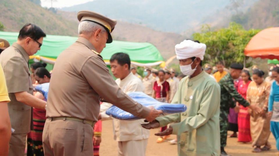 พลเอก สุรยุทธ์ จุลานนท์ ประธานองคมนตรี ไปตรวจเยี่ยมโครงการหมู่บ้านพัฒนาราษฎรชาวไทยภูเขา อันเนื่องมาจากพระราชดำริ ที่จังหวัดแม่ฮ่องสอน