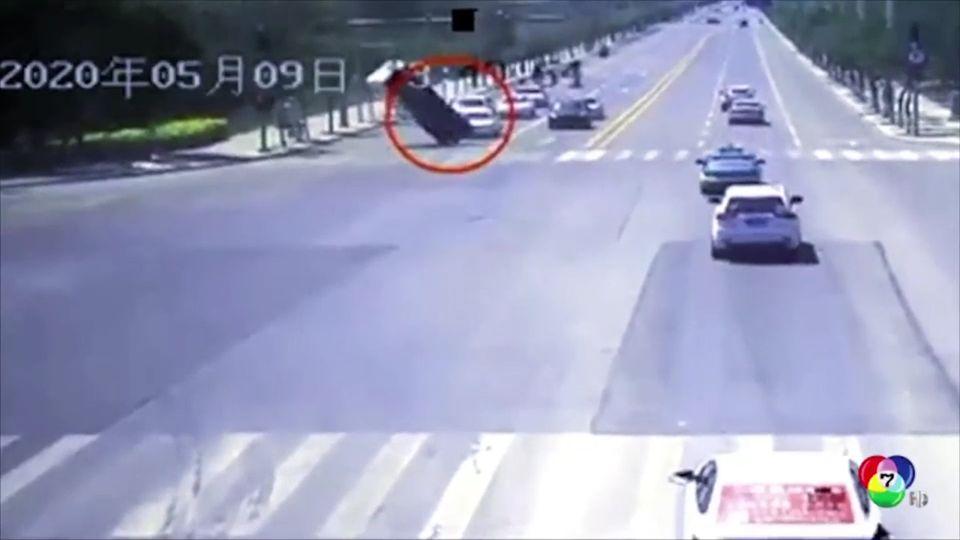 เกิดลมแรงพัดรถบรรทุกสินค้าหมุนลอยกลางอากาศที่จีน