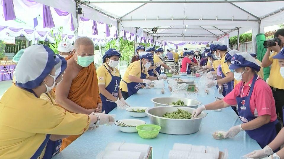 ครัวพระราชทาน อุปนายิกาผู้อำนวยการสภากาชาดไทย ประกอบอาหารแจกจ่ายให้กับผู้ได้รับผลกระทบจากการแพร่ระบาดของโรคโควิด-19 ในพื้นที่กรุงเทพมหานคร และนนทบุรี