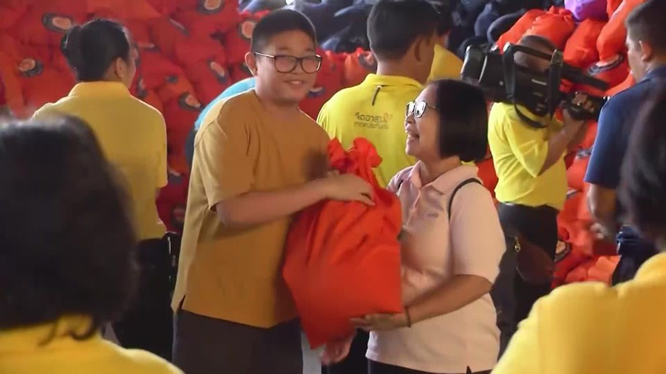 มูลนิธิอาสาเพื่อนพึ่ง ภาฯ ยามยาก สภากาชาดไทย ลำเลียงถุงยังชีพพระราชทาน นำไปช่วยเหลือผู้ประสบอุทกภัยในพื้นที่จังหวัดอุบลราชธานี