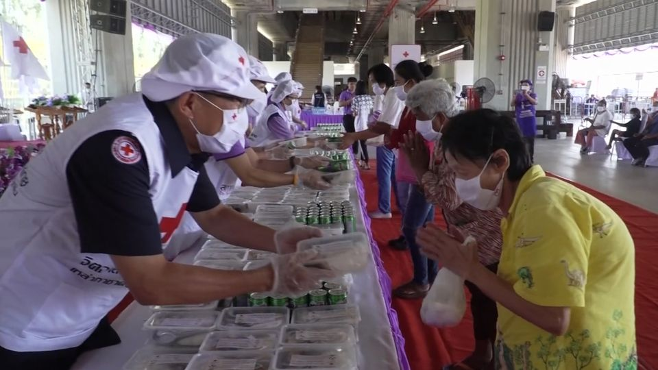 ครัวพระราชทาน อุปนายิกาผู้อำนวยการสภากาชาดไทย ประกอบอาหารแจกจ่ายให้ประชาชนที่ได้รับผลกระทบจากการแพร่ระบาดของโรคโควิด-19 ที่จังหวัดขอนแก่น