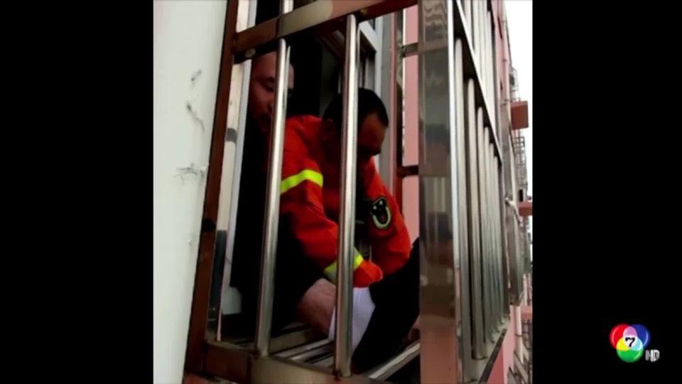 กู้ภัยเร่งช่วยเด็กชาวจีนศีรษะติดระเบียงนอกหน้าต่าง