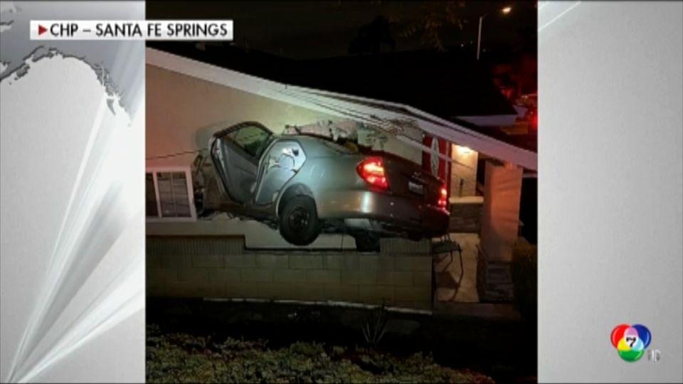 รถยนต์พุ่งชนบ้าน ในสหรัฐฯ เคราะห์ดีไม่มีผู้บาดเจ็บ