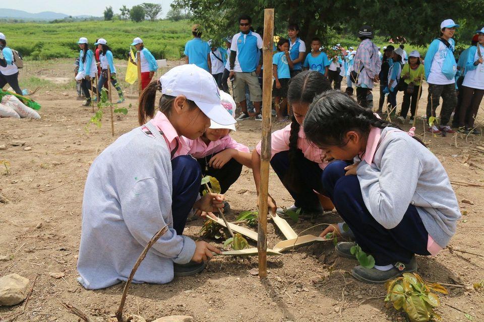 """7 สี ปันรักให้โลก """"ปันรัก คืนผืนป่า สู่ผืนดิน"""" ส่งมอบป่า 60 ไร่ ให้กับ กรมป่าไม้เนื่องในวันสิ่งแวดล้อมโลก 2563"""