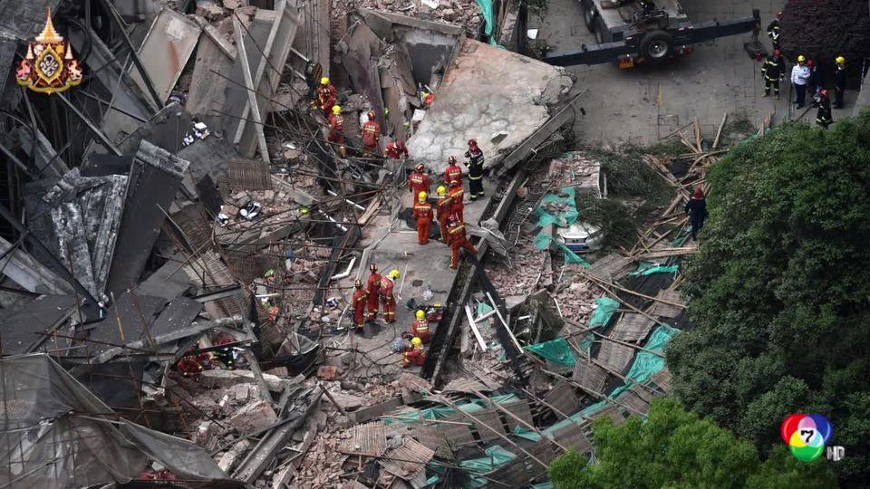 ตึกสูงที่กำลังซ่อมแซมและต่อเติมใหม่ในเซี่ยงไฮ้พังถล่มลงมาคาดคนงานถูกฝังใต้เศษซากเกือบสิบคน