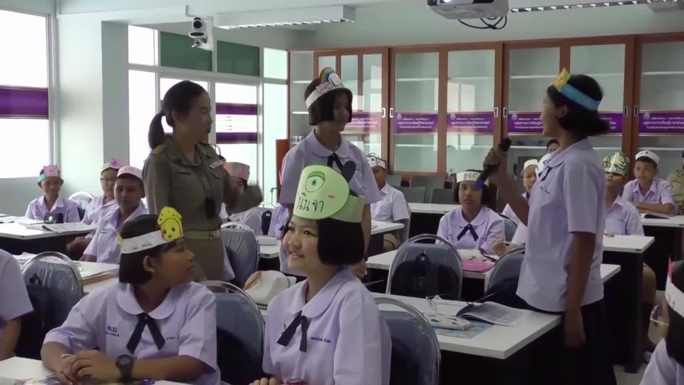 องคมนตรี ติดตามและมอบนโยบายโครงการนำร่องการจัดการศึกษาทางไกลแบบสื่อสารสองทาง สำหรับชั้นมัธยมศึกษาตอนต้น ที่จังหวัดเพชรบุรี