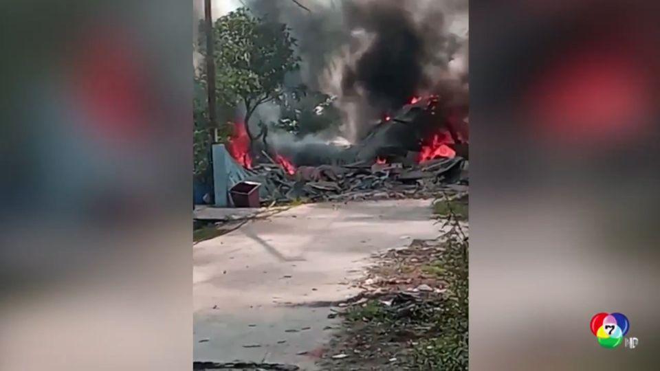 เครื่องบินขับไล่อินโดนีเซีย ตกกลางเขตชุมชน เคราะห์ดีนักบินดีดตัวออกมาได้ทัน