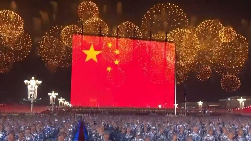 จุดพลุ-ดอกไม้ไฟอลังการ ฉลอง 70 ปี วันชาติจีน