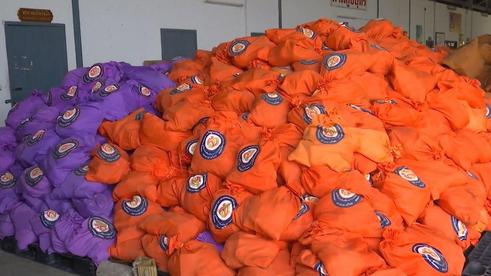 มูลนิธิอาสาเพื่อนพึ่ง ภาฯ ยามยาก สภากาชาดไทย บรรจุถุงยังชีพพระราชทาน เพื่อนำไปช่วยเหลือผู้ประสบอุทกภัยจากพายุโพดุล ในพื้นที่ภาคตะวันออกเฉียงเหนือ