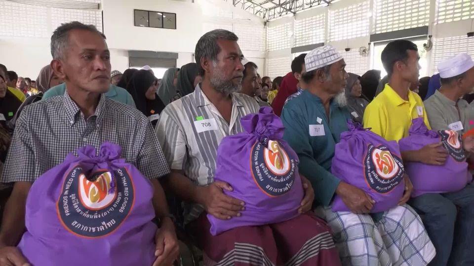 มูลนิธิอาสาเพื่อนพึ่ง ภาฯ ยามยาก สภากาชาดไทย เชิญถุงยังชีพพระราชทานไปมอบแก่ผู้ประสบอุทกภัย อำเภอจะแนะ จังหวัดนราธิวาส