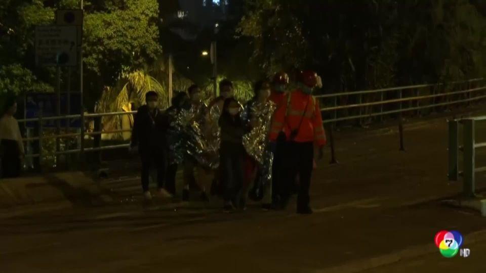 ผู้ประท้วงฮ่องกง เข้ามอบตัวกับเจ้าหน้าที่ตำรวจ
