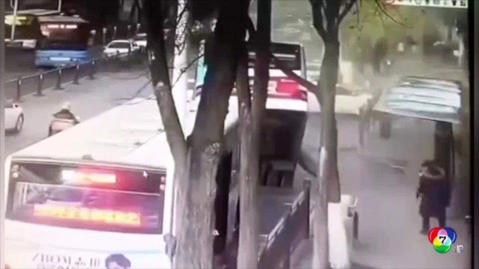 รถบัสตกหลุมยุบในจีน บาดเจ็บ 13 คน สูญหาย 2 คน