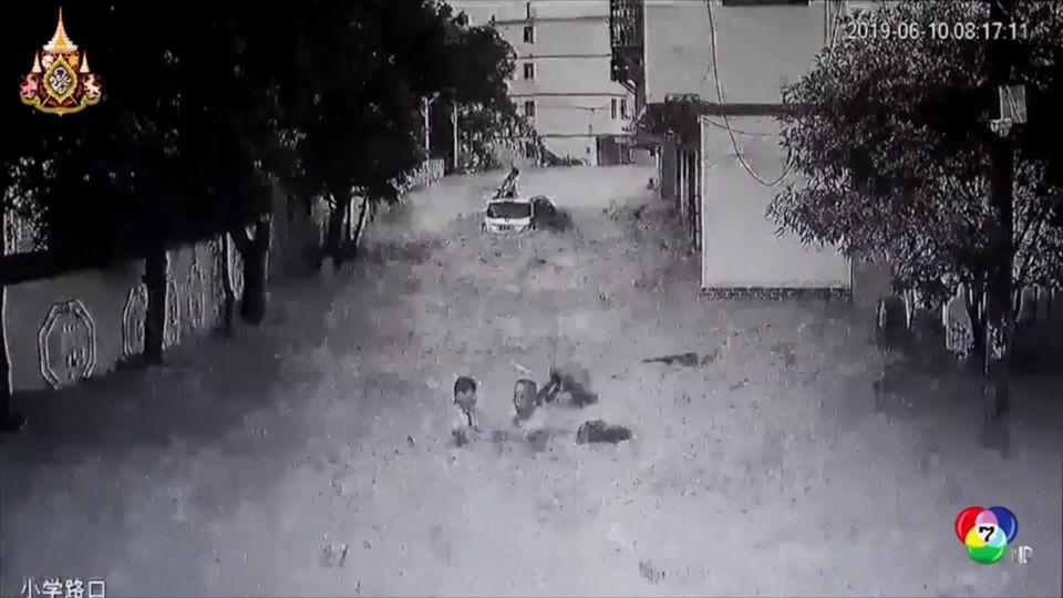 เผยภาพชายผู้กล้าช่วยเด็กถูกกระแสน้ำพัดในจีน