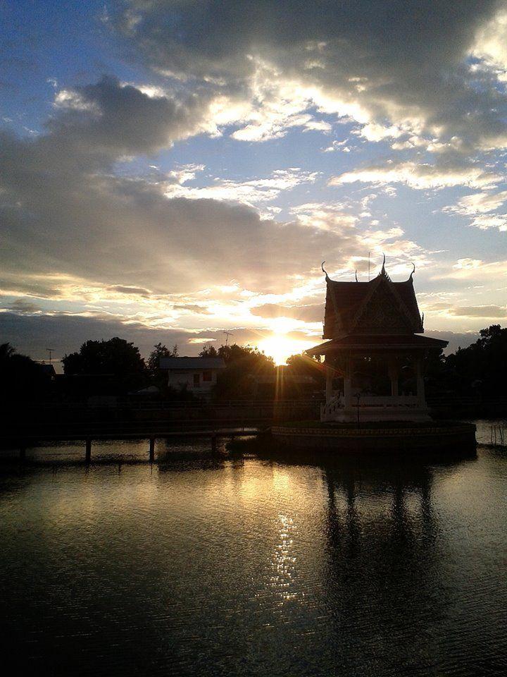 พระอาทิตย์ตกดินที่สระน้ำหน้าวัด