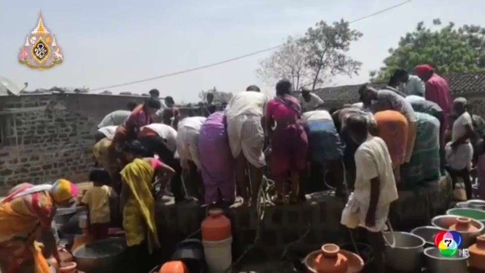 ชาวบ้านในอินเดียแห่แย่งตักน้ำไปใช้ หลังรัฐบาลส่งรถจ่ายน้ำเคลื่อนที่มาให้