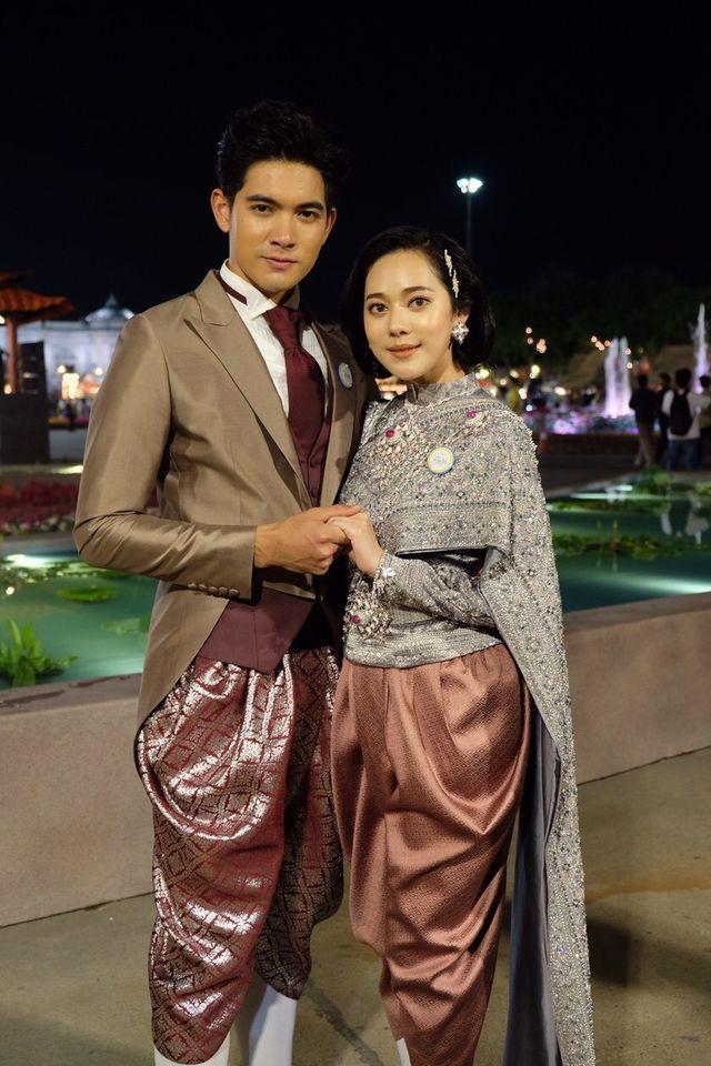 """นักแสดงช่อง 7HD ร่วมใจแต่งชุดไทยพร้อมเชิญชวนร่วมงาน """"อุ่นไอรัก คลายความหนาว สายน้ำแห่งรัตนโกสินทร์"""" ระหว่าง 9 ธ.ค.2561 - 19 ม.ค. 2562 ณ พระลานพระราชวังดุสิต และสนามเสือป่า"""