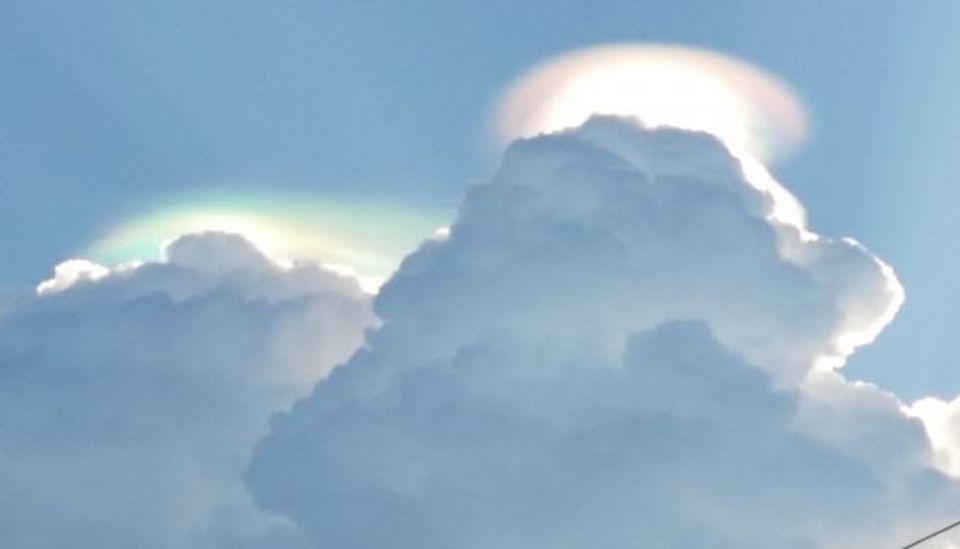 ภาพคลายๆรุ้งที่อยู่บนท้องฟ้า