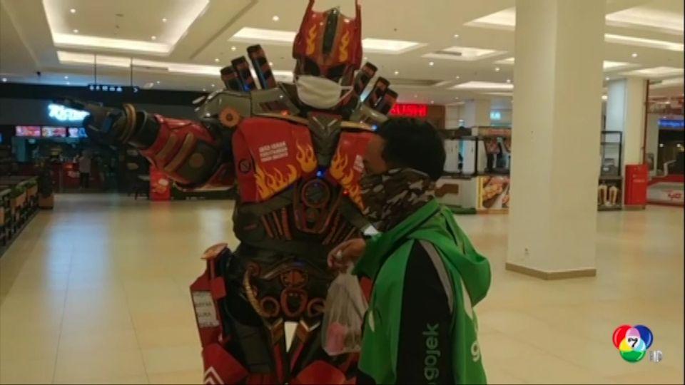 ชายอินโดฯ แต่งกายเป็นหุ่นยนต์ ทรานฟอร์เมอร์ส ให้คำแนะนำผู้ใช้บริการห้าง