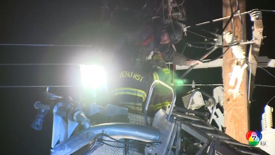 เจ้าหน้าที่กู้ภัยช่วยนักกระโดดร่มติดสายไฟฟ้าในสหรัฐฯ