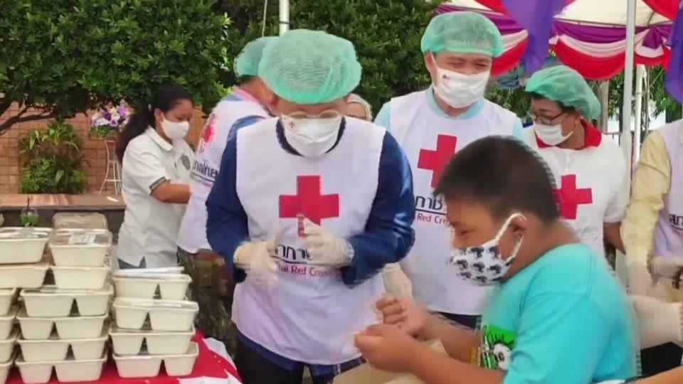 ครัวพระราชทาน อุปนายิกาผู้อำนวยการสภากาชาดไทย ประกอบอาหารช่วยเหลือผู้ได้รับผลกระทบจากโรคโควิด-19 ในพื้นที่จังหวัดสมุทรสาคร เป็นวันสุดท้าย