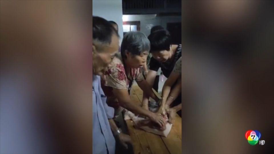 หญิงจีน 3 คน แย่งซื้อเนื้อหมูลดราคา