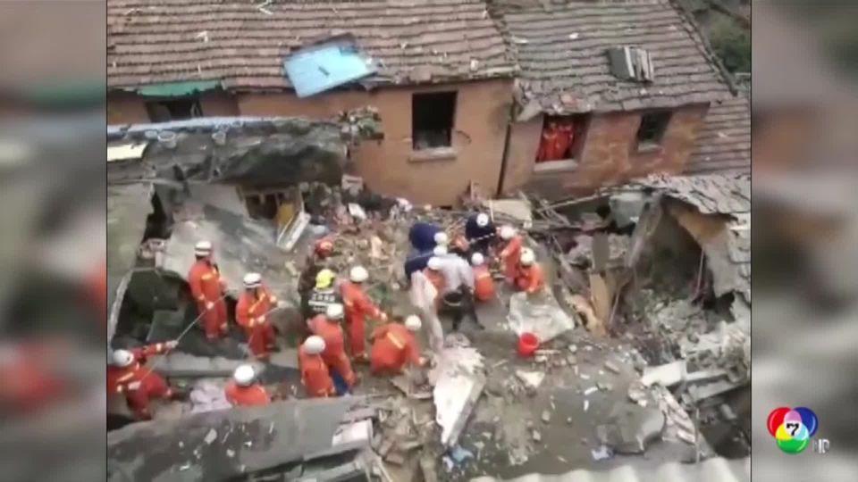 เจ้าหน้าที่กู้ภัยเร่งช่วยคนติดใต้ซากบ้านถล่มในจีน