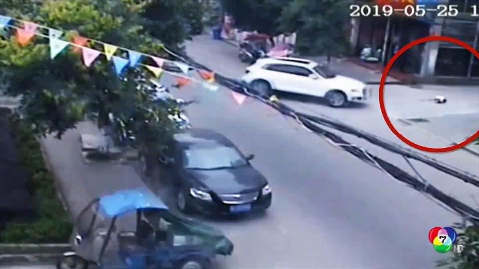 หวาดเสียว! เด็กชายจีนนั่งเล่นกลางถนน หวิดโดนรถชน