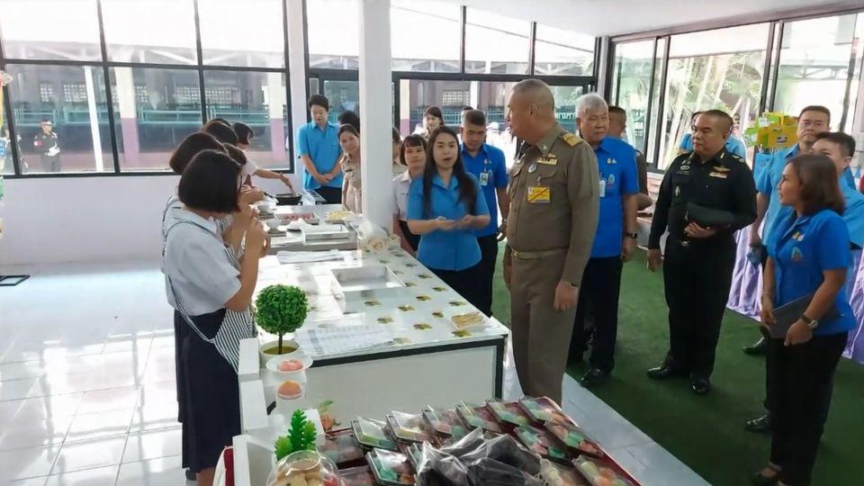 องคมนตรี ไปตรวจเยี่ยม พร้อมเชิญสิ่งของพระราชทานไปมอบแก่นักเรียนโรงเรียนราชประชานุเคราะห์ 55 จังหวัดตาก