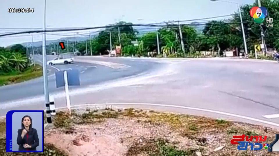 ภาพเป็นข่าว : รถกระบะลื่นคราบน้ำมัน เสียหลักตกข้างทาง จ.เชียงราย