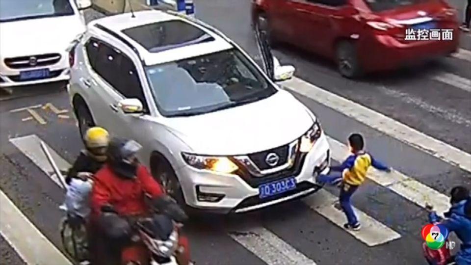 เด็กจีนหัวร้อนเตะรถยนต์ที่ชนแม่ล้มบนทางม้าลาย