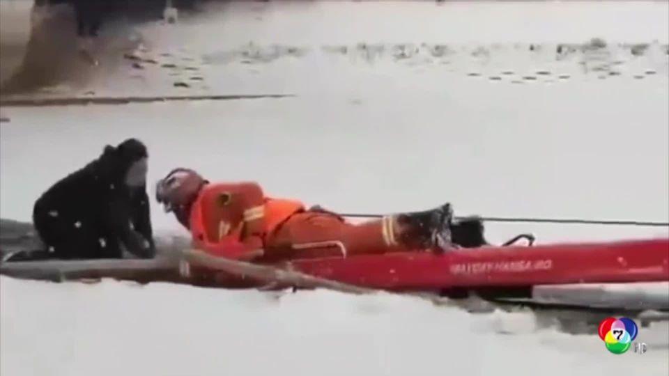 กู้ภัยฯเร่งช่วยแม่ลูกตกแผ่นน้ำแข็งที่ปกคลุมทะเลสาบในจีน