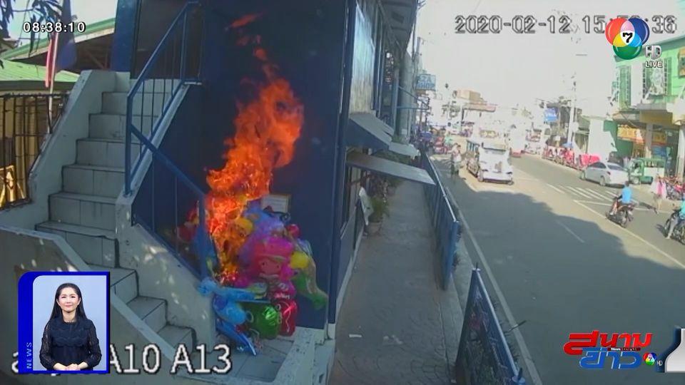 ภาพเป็นข่าว : วัยรุ่นเล่นพิเรนทร์! จุดไฟแกล้งคนขายลูกโป่ง ทำไฟลุกไหม้