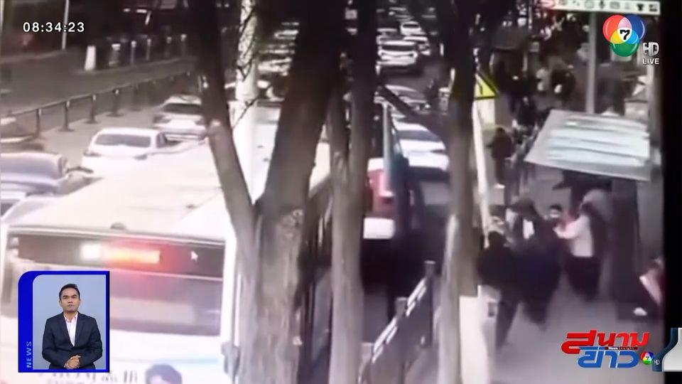 ภาพเป็นข่าว : รถบัสตกหลุมยุบในจีน พลเมืองดีเร่งช่วย ไม่วายตกลงไปด้วย